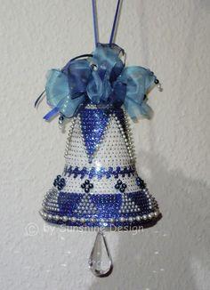 Ich habe noch einmal eine traumhaft schöne Glocke in Paillettenkunst kombiniert mit Wachsperlen nach eigenem Entwurf gestaltet. Ein absolutes Unikat von Sunshine Design http://de.dawanda.com/product/38308006-Pailletten-Glocke-Hausschmuck-Deko-BlauWeiss