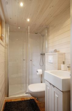 Das Badezimmer: 120cm Dusche, reichlich Platz. Sogar für zwei.