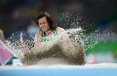 Veronica Hipolito compite en la final de salto de longitud - T38 en los Juegos Olímpicos de Río 2016
