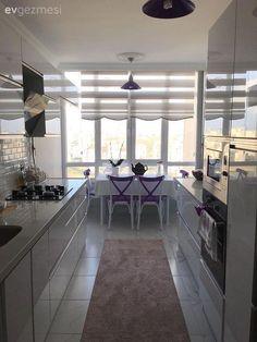 Yeni yeni dekorunu tamamladığı evinin şık ve tatlı mutfağından kareleri bizlerle paylaşıyor Büşra hanım. beyazların hakim olduğu koridor tipi mutfak, hem erişimi kolay, bolca depolama alanı sağlıyor....