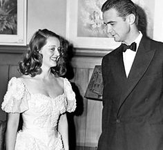 Bette Davis and Howard Hughes in 1938 at a Hollywood Fundraiser. Golden Age Of Hollywood, Classic Hollywood, Old Hollywood, Hollywood Glamour, Bette Davis Eyes, Howard Hughes, Betty Davis, Barbara Stanwyck, Classic Movies