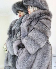 Grey furs and hat Fox Fur Coat, Shearling Coat, 1980s Fashion Trends, Fur Fashion, Womens Fashion, Mens Fur, Animal Fur, Fabulous Fox, Fur Jacket