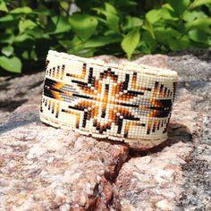 Ce bracelet mesure 1 1/4 pouces de large et 7 pouces de long. Les couleurs utilisées étaient une crème avec diverses nuances de brun contrasté par