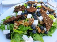 TYK MEN GLAD: Salat med blåbær, gedeost, valnødder og rugbrødschips