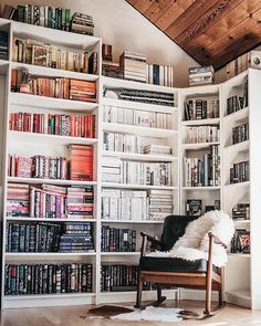 17 Stylish Ways to Display Bookshelves with a Lot of Books ////You can find your book just by clicking on the image Styling Bookshelves, Corner Bookshelves, Bookcases, Wallpaper Bookshelf, Bookshelf Organization, Bookshelf Ideas, Bookshelf Inspiration, Built In Seating, Interior Design Magazine