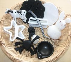 "Treasure Basket: Black & White plus this site has several other ""treasure basket"" ideas. Baby Sensory Play, Sensory Bins, Baby Play, Nursery Activities, Infant Activities, Teaching Activities, Baby Treasure Basket, Heuristic Play, Curiosity Approach"
