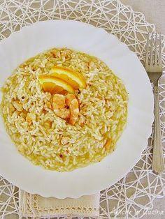Se siete ancora indecisi per il primo di questa sera e vi serve l'idea per un piatto da fare al volo e che vi faccia fare bella figura, allora provate questo risotto allo spumante e gamberi, addolcito dall'arancia e mantecato con il Parmigiano Reggiano, una spolverata di pepe rosa a completare il piatto. L'ultimo dell'anno … Italian Risotto Recipe, Risotto Recipes, Pasta Recipes, Veggie Recipes, Vegetarian Recipes, Snack Recipes, Cooking Recipes, Healthy Recipes, Veggie Food