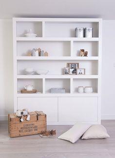 Open cupboard idea for living room media unit Home Interior, Living Room Interior, Home Living Room, Living Spaces, Interior Design, Modern Bookcase, Built In Bookcase, Style Salon, Deco Design