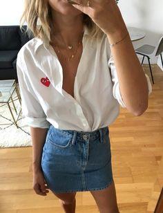 """Ce printemps, on pense à """"ninetiser"""" nos mini jupes en jean au contact d'une chemise blanche XL (photo Adenorah)"""