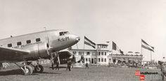 Welschap met KLM-Lijster Opening van de vlieghaven in 1935. Het vliegtuig de Lijster zou anderhalf jaar later bij Londen neerstorten, fotonr 34625 Eindhoven, Commercial Aircraft, Airports, Airplanes, Dutch, Aviation, Black And White, Pictures, Nostalgia