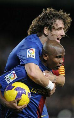 Carles Puyol se abraza a Eto'o
