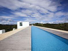 Piscina Longa e Linear. Arquiteto: Shinichi Ogawa & Associates.