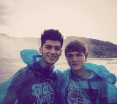 Zayn and Josh Devine at Niagara Falls. Haha their wearing ponchos! Liam James, James Horan, Zayn Mallik, 1d Imagines, Louis Williams, I Love One Direction, Direction Quotes, To Infinity And Beyond, Edward Styles