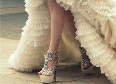 zapatos con brillo y vestido con volantes