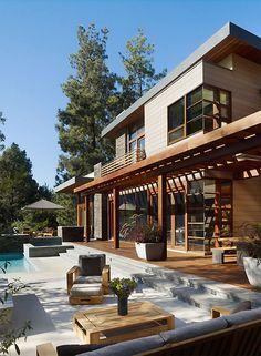 Casa de madera con amplias ventanas