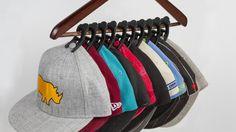 「Caiman Hat Clips」は帽子を自然な形で吊るして収納できるクリップ。かさばることなく収納でき、また型くずれやシワを防いでくれる。ハンガーにかければ、なんと1つのハンガーに10個のキャップをかけることができる優れもの。