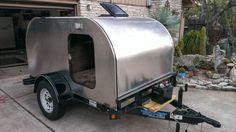 Um americano, não identificado, conseguiu montar uma pequena casa sobre rodas usando um simples trailer como base. O resultado você confere na sequência de fotos a seguir. Via