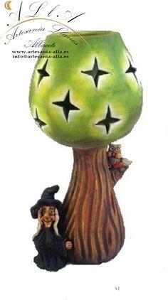 Lámpara árbol con Bruja en arcilla y pasta cerámica. Libre elección de colores y motivos. Precio: 26,50 € http://www.artesania-alla.es