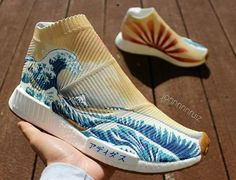 Jon Ruiz est une étoile montante de la scène custom. L'auteur de la Adidas NMD R1 'Louis Vuitton' récidive avec une City Sock qui en met plein la vue. Il est parvenu à reproduire sur