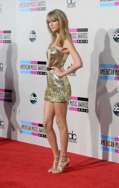 Taylor Swift Photos - Singer Taylor Swift attends the 2013 American Music Awards at Nokia Theatre L. Live on November 2013 in Los Angeles, California. - Arrivals at the American Music Awards — Part 2 Taylor Swift Hot, Estilo Taylor Swift, Taylor Swift Style, Red Taylor, Swift 3, Taylor Swift Vestidos, Beauté Blonde, Blonde Waves, Swift Photo