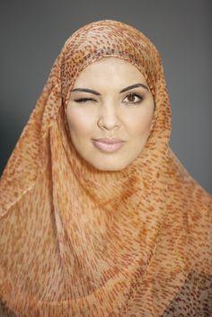 """""""Een hoofddoek verbergt mijn gemakzucht. Ik kam mijn haar niet meer dagelijks. Volgens mijn kapper is dat juist goed.""""    #hoofddoek #hijab  http://www.hoofdboek.com/"""