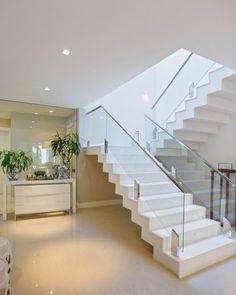 A escada de acesso à ala íntima dá continuidade visual ao piso em porcelanato da Portobello Shop Home Stairs Design, Railing Design, Interior Stairs, Modern House Design, Home Interior Design, Modern Stair Railing, Modern Stairs, House Staircase, Staircases