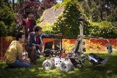 Los miembros del equipo de robótica de la Universidad canadiense de Waterloo prueban su robot en el campo de prácticas del Instituto Politécnico de Worcester, Massachusetts.  (EFE/Bill Ingalls)