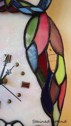 StainedGlass:StainedAttendhttp://stainedattend.com/T.S様作品可愛らしいふくろうの振り子時計をご紹介いたします。何種類もの鮮やかなガラスで作られた羽が綺麗ですね♪ふくろうからぶら下がっているのはミノムシの振り子です^^*****M.K様作品贈り物に…♥K様3つ目のフラワーポットです。お花を購入したときのビニールポットのままガラスケースに入れられ手軽に楽しめます。*****E.T様体験作品テラリウム◇ステンドグラス一日体験教室◇http://stainedattend.com/a_workshop.html5.6.7月のお休みはこちらを覧ください↓http://stainedattend.com/index.html#saof2鎌倉のステンドグラス教室ステンドア...ふくろうの振り子時計(05/06)