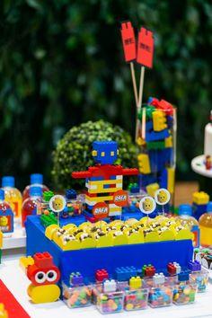 Detalhes da mesa de doces para festa com tema Lego. Foto: Studio See You Lego Birthday Party, Birthday Party Decorations, 5th Birthday, Birthday Cake, Birthday Parties, Lego Friends, Lego Ninjago, Lego City, Party Planning