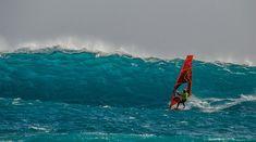 Στα Χανιά ο Νίκος Κακλαμανάκης δαμάζει τα κύματα και σερφάρει με 8 μποφόρ | Εκπληκτικές φωτογραφίες