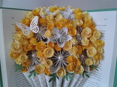 Bouquet de livre Fleurs d'Origami Fleur de page de   Etsy Advent Calendar, Bouquet, Holiday Decor, Etsy, Yellow Roses, Recycled Books, Book Folding, Advent Calenders, Bouquet Of Flowers