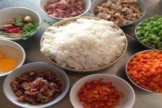 Cách làm cơm chiên dương châu đơn giản mà ăn là phải nhớ mãi Cơm chiên Dương Châu là một trong những món ăn vốn bắt nguồn từ Trung Hoa nhưng lại đang trở thành một khẩu phần ăn quá quen thuộc trong thực đơn của người Việt Nam chúng ta. Đây thường được dùng làm một món khai vị để đưa vào thực đơn của các buổi tiệc nhẹ đồng thời đóng vai trò không hề nhỏ trong sự thành công của những bữa tiệc này đâu nhé.  Monngon.tv xin hướng dẫn đến các bạn cách làm cơm chiên dương châu đơn giản vô cùng mà…