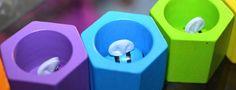 Un jouet en bois coloré, pour s'amuser tout en travaillant la manipulation, la motricité et l'apprentissage des couleurs.
