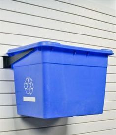 Look At These Home Recycling Bins. They Look Great! - Making Space for Recycling Bins Der DIY-Wahnsinn (Do it yourself) in der Welt hat seinen Kopf verlo - Recycling Bin Storage, Garbage Recycling, Diy Recycling, Storage Bins, Plastic Recycling, Recycling Projects, Wall Storage, Garage Shed, Garage House