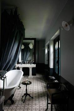 Salle de bains en longueur avec ciel de baignoire acceptable par Al et douche italienne au fond.
