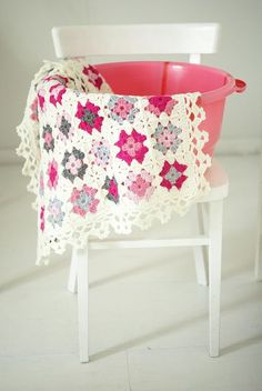 Some more crochet pretty for your dash today. Love the colour mix —- I admit that I am a lover of pink. blanket géraldine by wood & wool stool via Flickr.