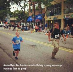 Seorang tentara yang akhirnya menemani anak kecil yang tertinggal dalam kompetisi berlari