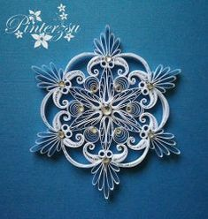 Quilled snowflake by pinterzsu Snowflake stung by pinterzsu Quilling Comb, Paper Quilling Flowers, Paper Quilling Patterns, Neli Quilling, Quilled Paper Art, Quilling Paper Craft, Quilling Designs, Paper Crafts, Quilling Ideas