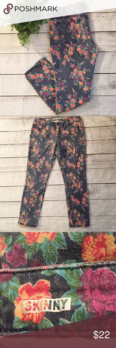 """Mossimo floral skinny jeans pants boho festival 11 These are super cute! Finished in a faded vintage look. Mossimo Supply Co. Skinny Jeans, juniors size 11, """"Fit 6"""". Gently used condition. Offers welcome and thanks for looking. 🌸🌸💕💕 Mossimo Supply Co. Jeans Skinny"""