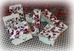 Como hacer jabones de rosas | Todo Manualidades Soap Melt And Pour, Dried Rose Petals, Rose Soap, Soap Base, Goat Milk Soap, Bar Soap, Handmade Soaps, Diy Soaps, Natural Cosmetics