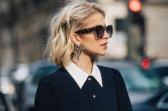 Street style à la Fashion Week automne-hiver 2017-2018 de Paris le carré court blond wavy
