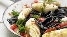 Leuchtende Farben und tole Aromen: Schwarze Tintenfisch-Pasta mit Tomaten und Weißwein | http://eatsmarter.de/rezepte/schwarze-tintenfisch-pasta