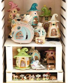 Honiglicht-Keramik - Home Clay Houses, Ceramic Houses, Clay Fairy House, Fairy Houses, Slab Pottery, Ceramic Pottery, Wooden Crafts, Diy And Crafts, Biscuit