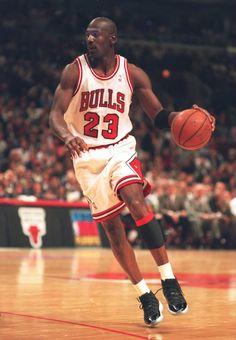 Flashback // Michael Jordan Debuts the 'Space Jam' Air Jordan 11 Ar Jordan, Michael Jordan Basketball, Nba Players, Basketball Players, Basketball Court, Bulls Basketball, Orlando Magic, Michael Jordan Pictures, Jeffrey Jordan