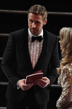 """Ryan Gosling Photos Photos - Nominee for Best Actor in """"La La Land"""" Ryan Gosling arrives at the 89th Oscars on February 26, 2017 in Hollywood, California. / AFP / Mark RALSTON - 89th Annual Academy Awards - Show"""