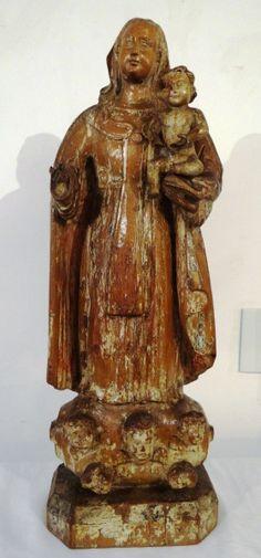 Belíssima imagem de Nossa Senhora do Carmo com Menino Jesus em madeira de cedro, Brasil - século XVIII, vestígios de policromia, medindo 61 cm de altura. Base R$15.000,00. Ago15.