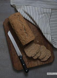 Descubrí esa receta de pan de molde integral de avena en el blog de Natalia y no he podido esperar a prepararla. Al hornearse en un molde de plum-cake, el re...