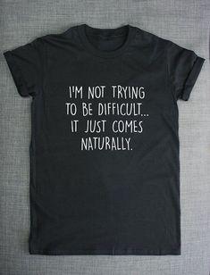 T shirt bedrucken ein schwarzes T shirt mit weißer Farbe eine lustige Aufschrift