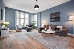 I denne flotte leiligheten på Frogner ligger treparketten Skovin Elegant i god harmoni med et moderne og tidsriktig interiør. Les mer på hjemmesiden vår! Scandi Living Room, Living Room Wood Floor, Living Room Paint, Home Living Room, Interior Design Living Room, Living Room Decor, Style At Home, Room Wall Colors, Blue Rooms