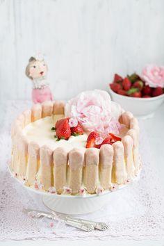 """Erdbeer Charlotte mit weißer Mousse au chocolate!""  http://www.lisbeths.de/erdbeer-charlotte-mit-weisser-mousse-au-chocolat/"